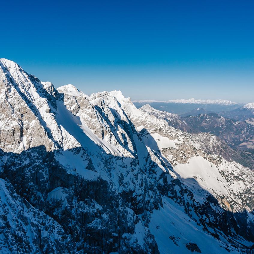 Vpravo v dálce Julské Alpy