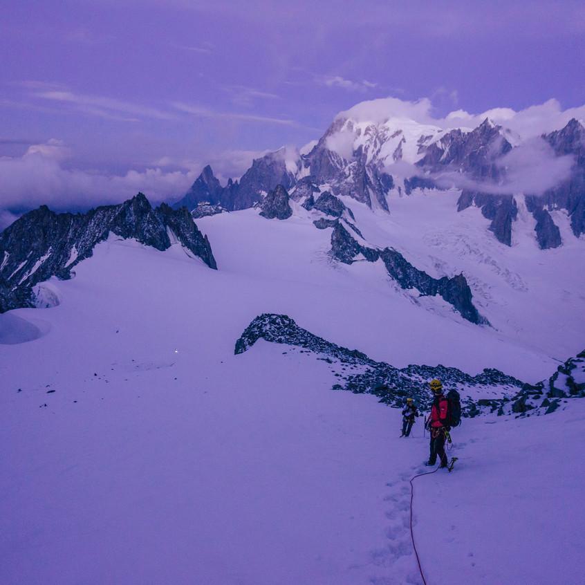 Teď už se rozednívá a je krásně vidět Mont Blanc.