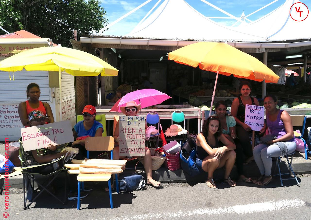 Manifestation des employées d'un banc de fruits et légumes, Saint-Pierre (La Reunion) 2015.