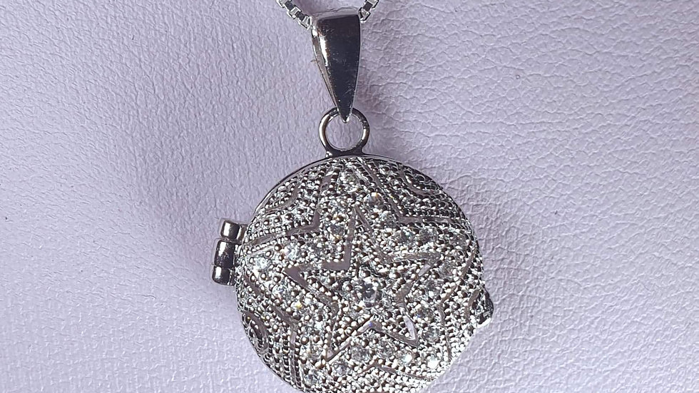 Gorgeous cut out star locket