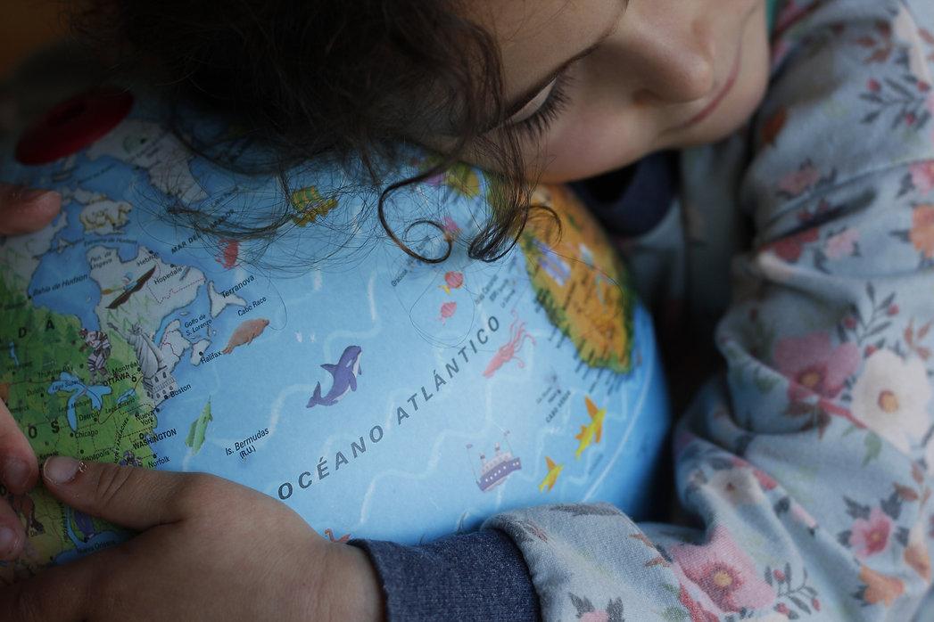 la infancia abraza el mundo, niños y niñas educados en el respeto por el medio ambiente