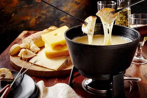 fondue-savoyarde-village-des-alpes-annecy-marche-de-noel.jpg