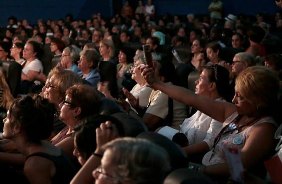 sala llena cubanas.jpg