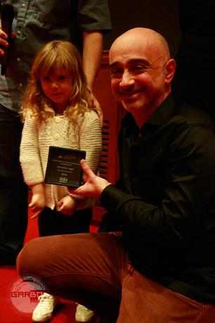 Fernando Vega recibe el premio de manos de Azul.jpg