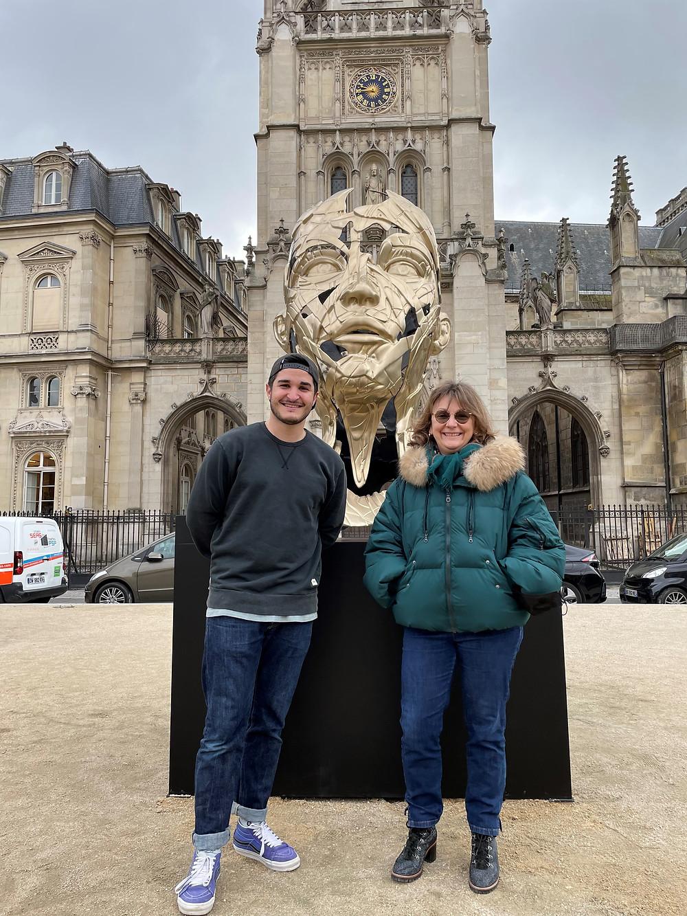Avec l'artiste devant l'une de ses œuvres sur la place du Louvre