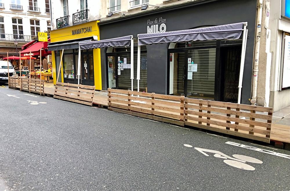 Une terrasse éphémère bien entretenue rue Saint-Honoré dans le 1er arrondissement