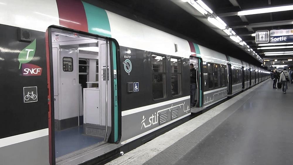 Une rame du RER B à quai dans la gare Châtelet-Les Halles