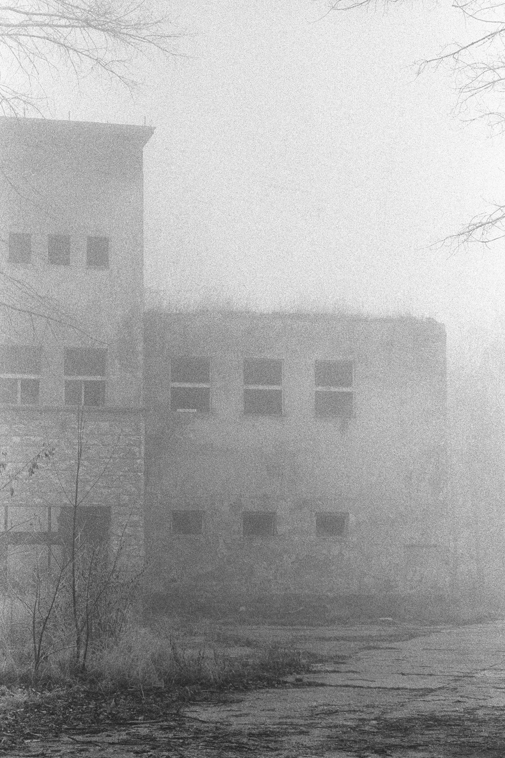 Elhagyott katona lakások a ködben