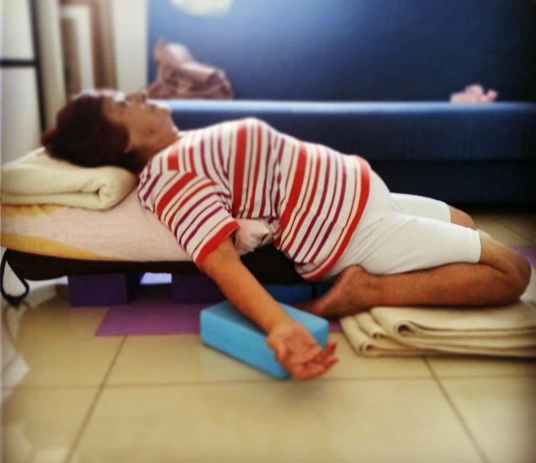 卧英雄式(Supta Virasana)可穩定情緒,適合放鬆、冥想。