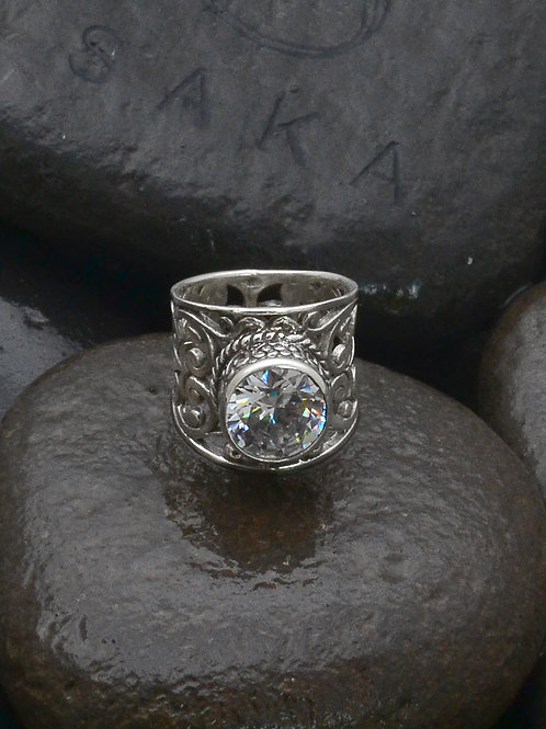 Beautiful clear round cubic zirconia set in our pakis band.