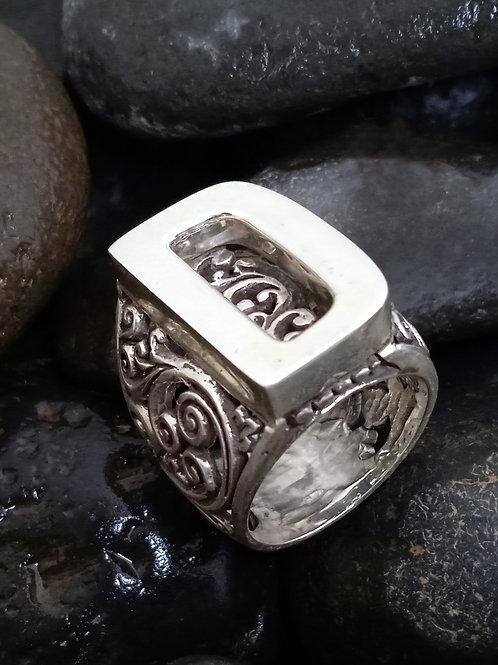 Maxi initial Ring with pakis carved motif