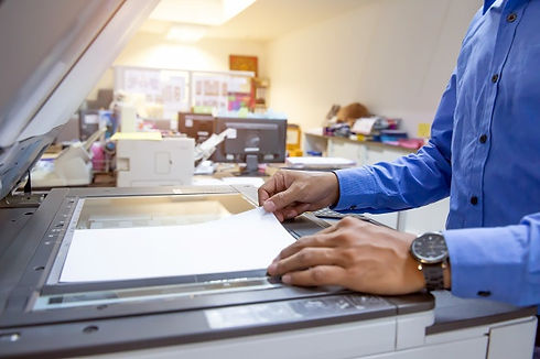 empresarios-estan-escaneando-documentos-