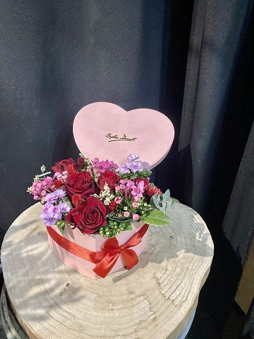 Boite coeur garni de roses et autres fleurs
