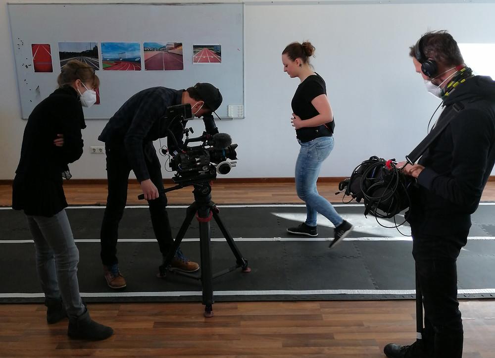 Katerina Sedlackova wird beim Testen des Gurtes im Büro gefilmt.