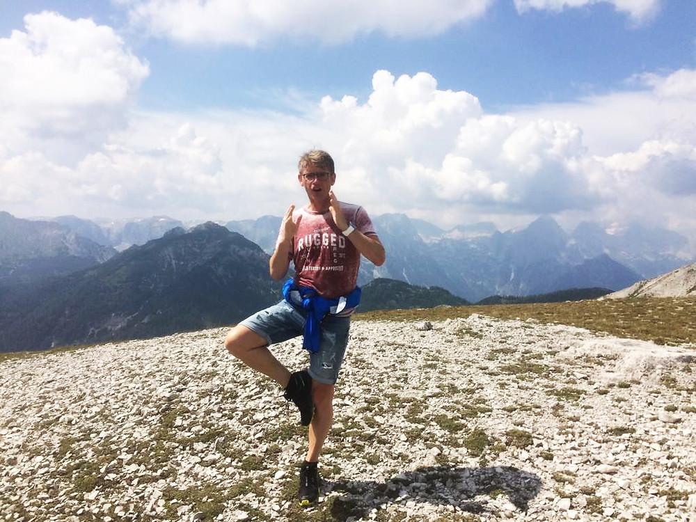 Christian beim Ausüben von Yoga in den Bergen