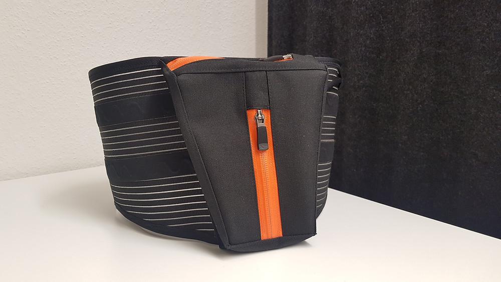 Hinteransicht des WAIBRObelt, zu sehen ist eine Tasche auf dem Gurt für den Akku.
