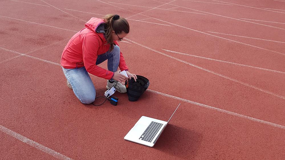 Katerina Sedlackova mit dem WAIBRObelt auf einer Laufbahn bei einer Testung im April