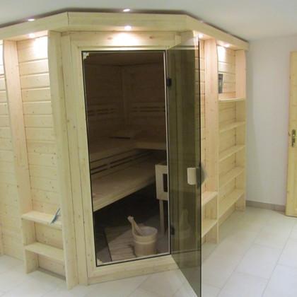 Saunaraum mit Dusche und Liegen