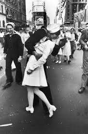 """WWII's """"Kissing Sailor"""" Passes at Age 95"""