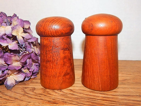 vintage, salt shaker, pepper shaker, salt and pepper, shakers, tableware, cooking, kitchen accessory, oak wood, turned wood,