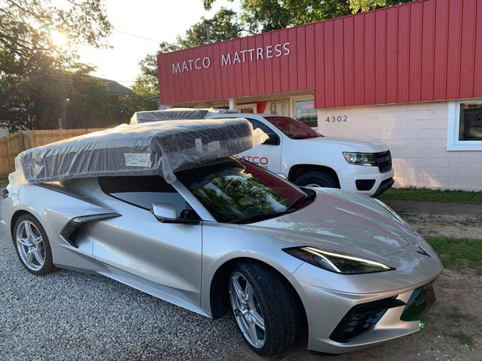Cu o mașină de lux vă puteți lua salteaua din magazinul Matco