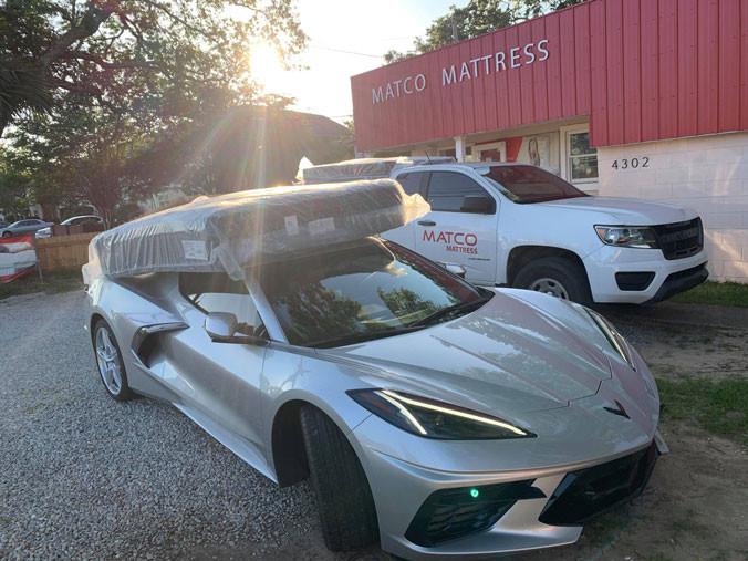 Saltea ridicată din magazinul Matco din SUA pe caroseria unui Corvette