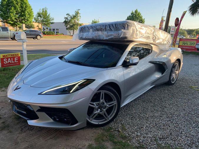 Proprietarul MD Auto Group a ridicat o saltea de lux queen de la magazinul Matco Mattress din Pensacola, Florida, pe capota unui Corvette.