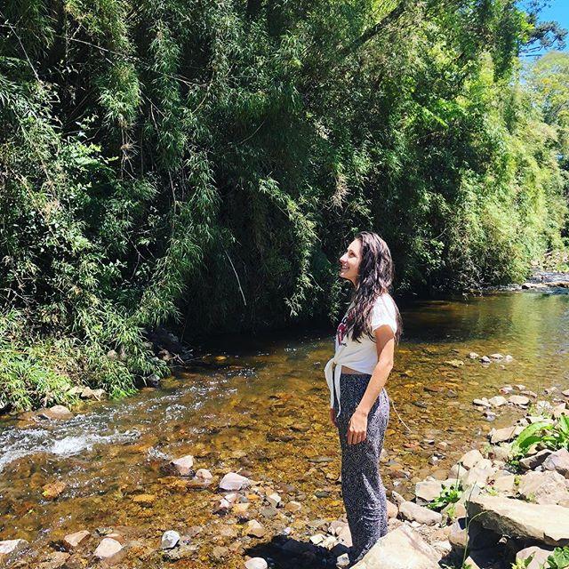 @tassivale Tassiana Vale D' Elboux Tassi Vale rio corrente de água mulher olhando floresta