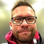 Portrait Foto von Moderator, Reporter, Autor, Sprecher und Videoproducer Torsten Creutzburg der geradeaus sieht / www.creutzburg.eu