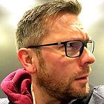 Portrait Foto von Moderator, Reporter, Autor, Sprecher und Videoproducer Torsten Creutzburg der nach rechts sieht / www.creutzburg.eu
