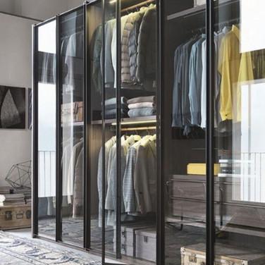 гардеробная комната под стеклянными дверцами