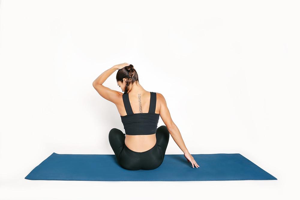 Μία από τις διατάσεις για τους μύες του λαιμού. Χρειάζεται πολύ ελαφριά εφαρμογή δύναμης