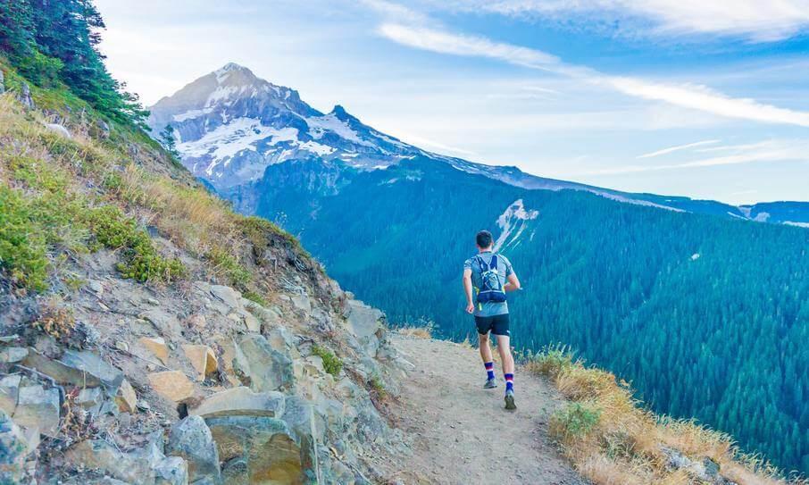 Αντρας αθλητης τρεχει σε trail
