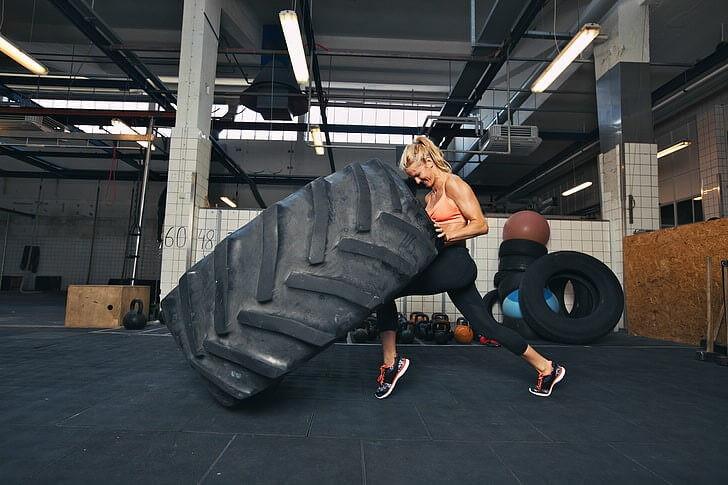 tire flip crossfit αθλητρια