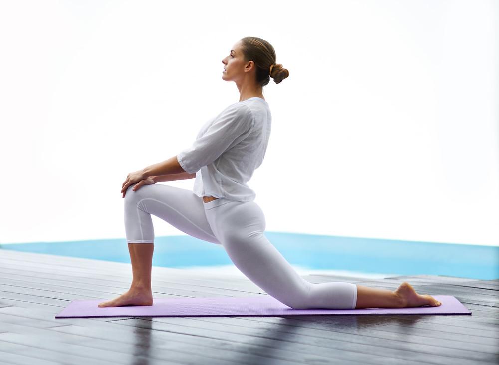 Διάταση μυών ισχίου. Από την θέση της ημιγονάτισης πιέζεις ελαφρώς τη λεκάνη προς τα εμπρός και ρίχνεις τους ώμους προς τα πίσω