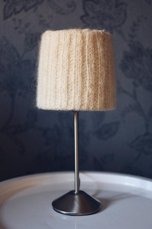 Lampa med ribbstickad skärm