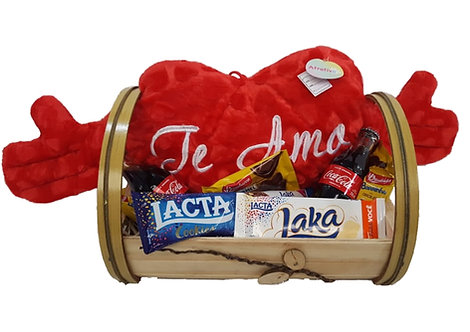 Cesta com Coração de Pelúcia, Barra de chocolate, Coca-Cola e biscoitos diversos