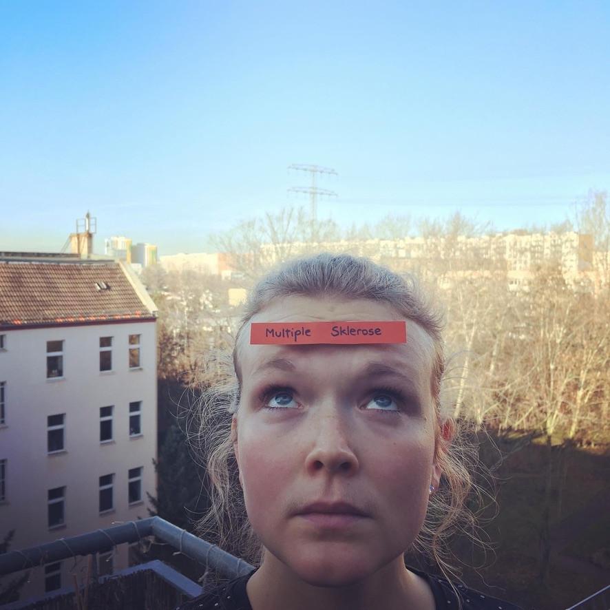 Ich mit einem Multiple-Sklerose-Etikett auf meiner Stirn