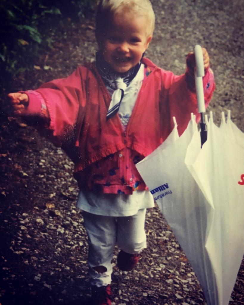 Ich als unbeschwertes kleines Kind mit Regenschirm