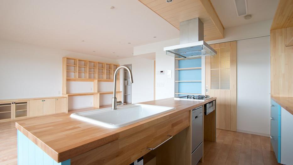 木製ドアと北欧キッチン