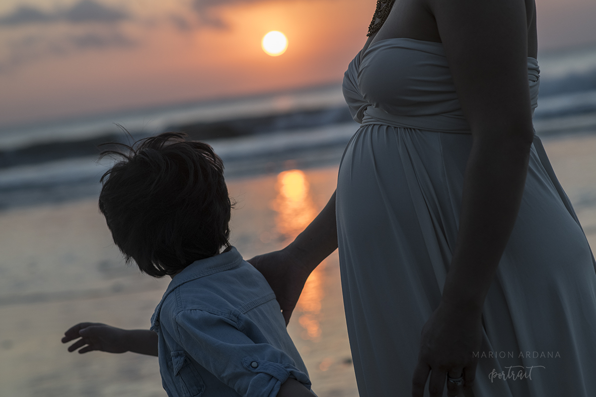 Mother and son in the sunset. A maternity sunset photoshoot in Bali wit Bali based photographer marion Ardana photographer.