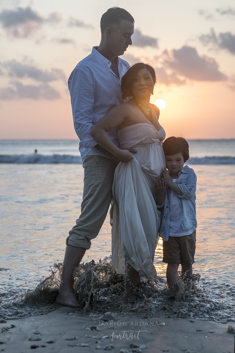 Mother father and sun in the sunset for this maternity photoshoot in Bali.A maternity sunset photoshoot in Bali with Bali based photographer Marion Ardana photographer.