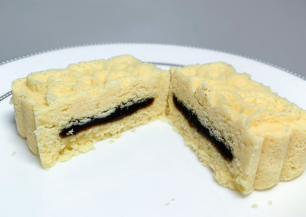 Mung bean paste mooncake with red bean paste