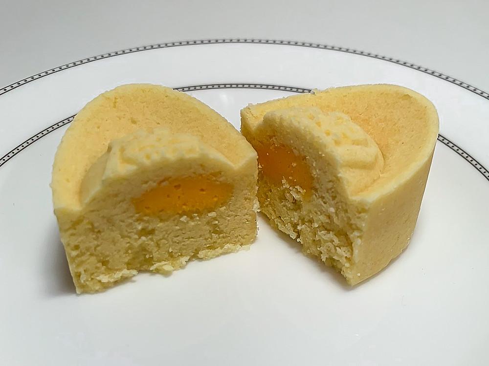 Mung bean paste mooncake with salted egg yolk