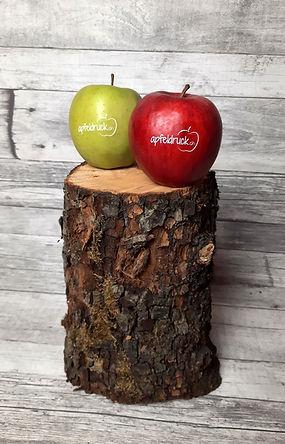 Ein roter und grüner Apfel, bedruckt mit einem Logo