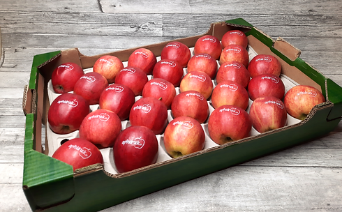 bedruckte Äpfel gelegt in einer Kartonbox