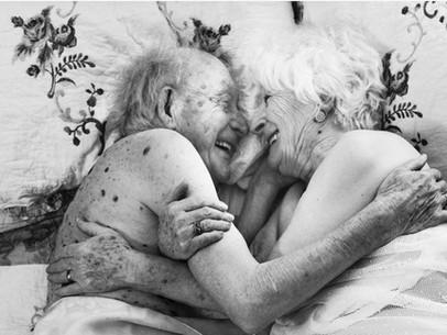 Retratos íntimos de adultos mayores celebran la belleza y la sensualidad en la vejez