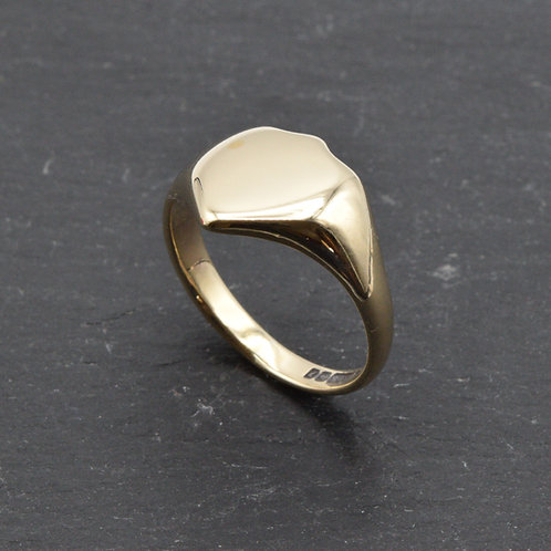 A gents, Vintage, Shield shape, signet ring in 9ct gold.