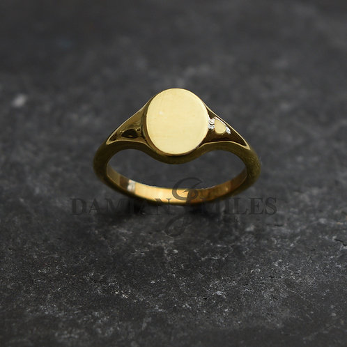 Lady's Small Oval signet ring in 18ct gold.