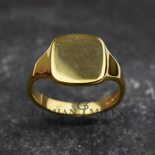 Gents, cushion shape Signet Ring in 18ct gold.